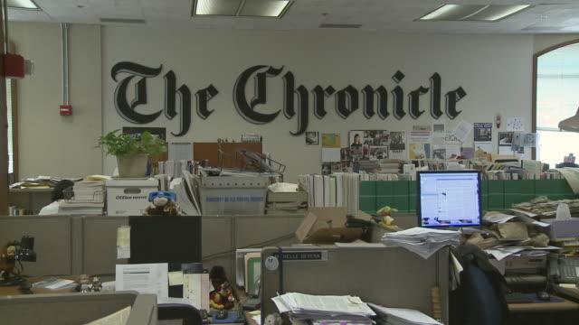 ms empty newsroom, san francisco, california, usa / audio - nachrichtenredaktion stock-videos und b-roll-filmmaterial
