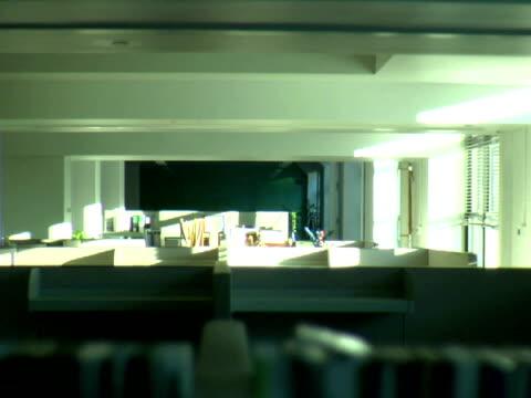 ms, empty office interior - オフィスパーテーション点の映像素材/bロール