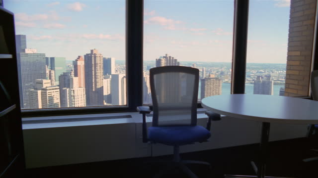 vídeos y material grabado en eventos de stock de ms, shaky, empty office, new york city, new york, usa  - chair