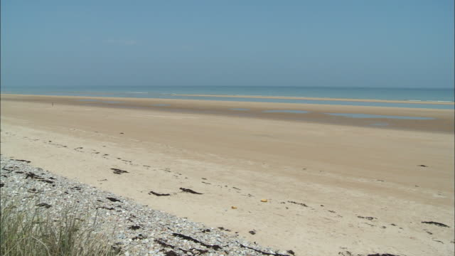 ws pan empty omaha beach, colleville-sur-mer, normandy, france - normandie stock-videos und b-roll-filmmaterial