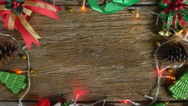 vidéos et rushes de vide sur la table en bois décorée avec des décorations de noel. vue du haut - bordure