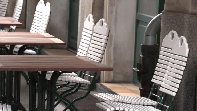 vídeos de stock e filmes b-roll de empty outdoor café during covid-19 pandemic, berlin, germany - edifício de restauração