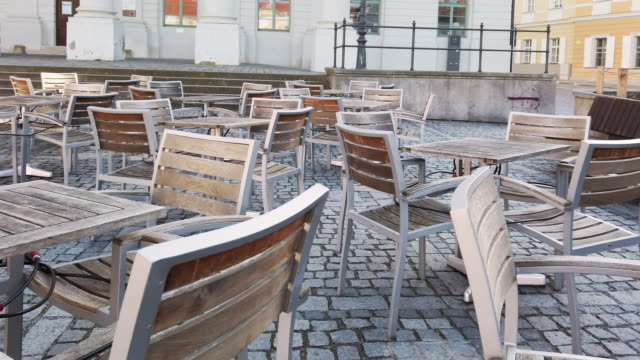 vídeos de stock e filmes b-roll de empty outdoor dining chairs during coronavirus epidemic lockdown - cadeira