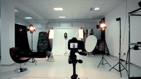 stockvideo's en b-roll-footage met lege fotostudio met foto-apparatuur - fotografische thema's