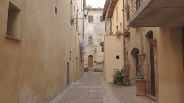 empty picturesque street tuscany, italy - kopfsteinpflaster stock-videos und b-roll-filmmaterial