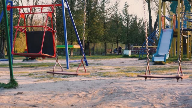 vídeos y material grabado en eventos de stock de patio de recreo vacío durante covid 19 - confinamiento