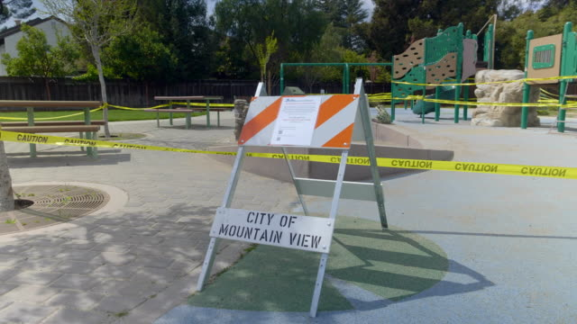 vídeos y material grabado en eventos de stock de patio de recreo vacío en mountain view, california en coronavirus hora pandemia. - orden de permanecer en casa