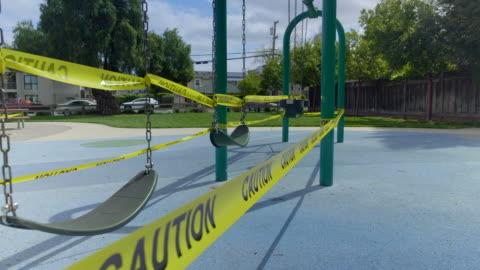 vídeos y material grabado en eventos de stock de patio de recreo vacío en mountain view, california en coronavirus hora pandemia. - education