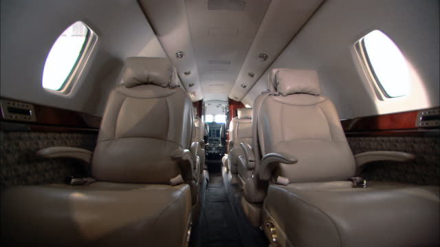 vídeos de stock, filmes e b-roll de ms empty private jet  - interior de transporte