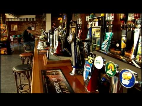 vídeos de stock, filmes e b-roll de empty pub due to the recession - 50 segundos ou mais