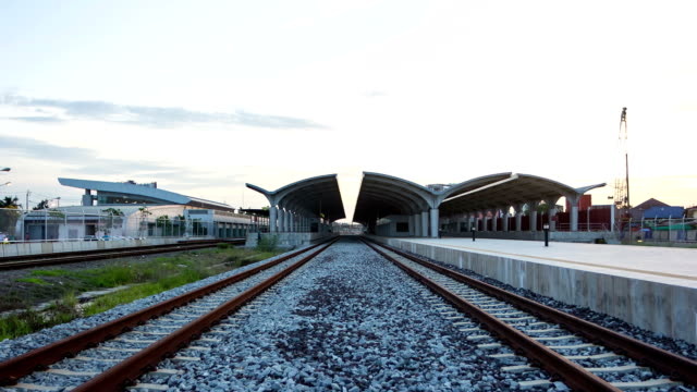 空の鉄道駅昼から夜 - 操車場点の映像素材/bロール