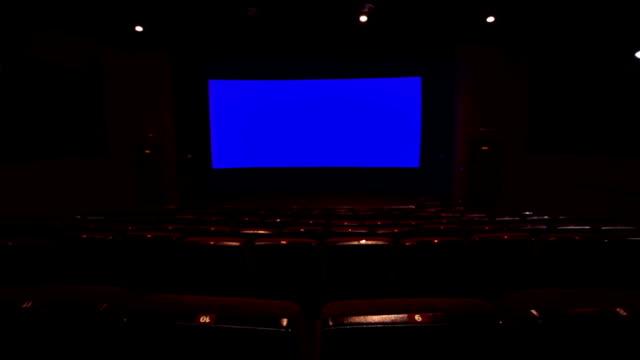 leere rot kino hall - zuschauerraum stock-videos und b-roll-filmmaterial