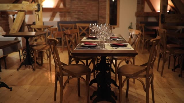 ダイニングのテーブルに空のレストラン - 片付いた部屋点の映像素材/bロール