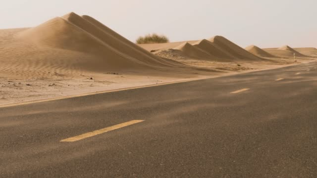 empty road in a desert landscape - macchina da presa manuale video stock e b–roll