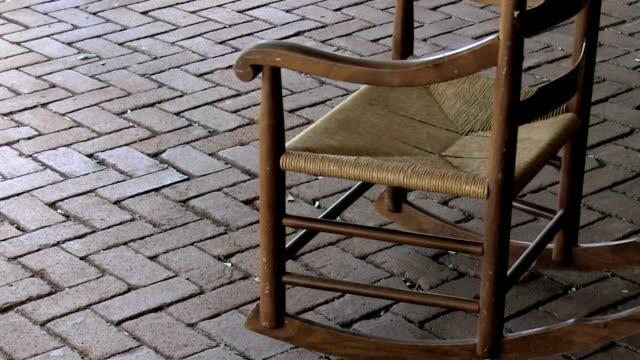 stockvideo's en b-roll-footage met empty rocking chair - schommelen schommelstoel