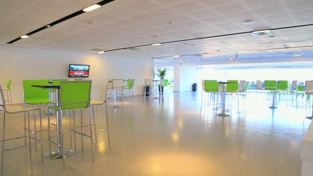 vídeos y material grabado en eventos de stock de empty room with bar tables and chairs - mercado espacio de comercio