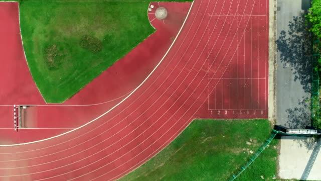 vídeos y material grabado en eventos de stock de carril de la pista vacía, en vista superior. - doblado actividad física