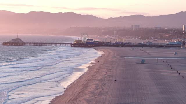 vidéos et rushes de plage vide de santa monica pendant la pandémie de covid-19 - a l'abandon