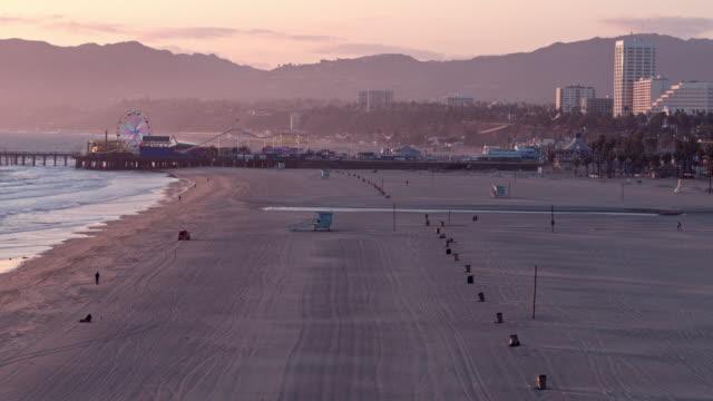 vídeos y material grabado en eventos de stock de playa vacía de santa mónica durante la pandemia de covid-19 - ciudad muerta