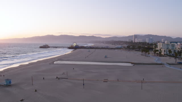 stockvideo's en b-roll-footage met leeg santa monica beach tijdens covid-19 pandemie - city of los angeles