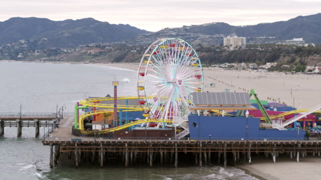 leerer santa monica pier während covid-19 pandemie - city of los angeles stock-videos und b-roll-filmmaterial