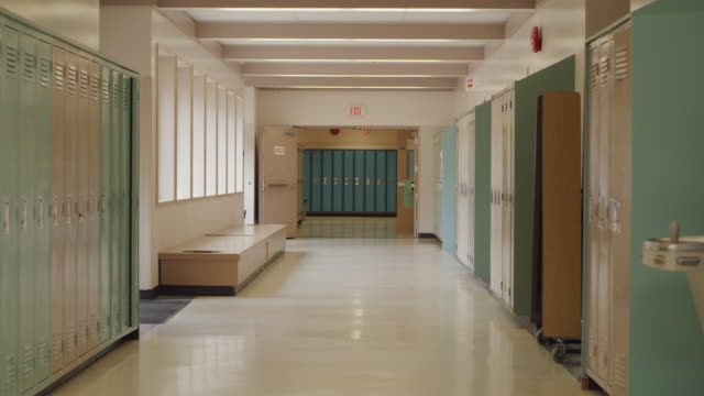 vídeos y material grabado en eventos de stock de empty school hallway with lockers - escuela