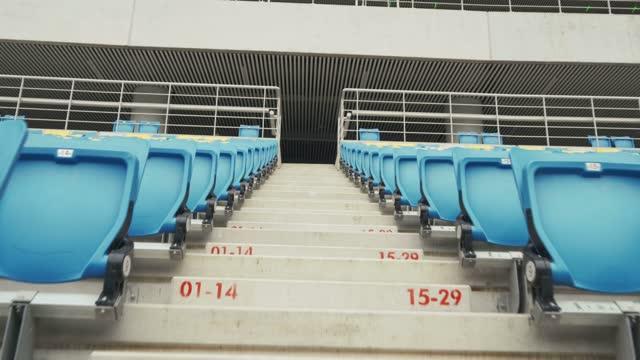 vídeos de stock e filmes b-roll de empty seats in a stadium - assento