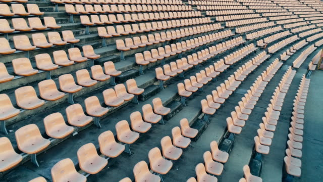 vídeos de stock e filmes b-roll de empty seats in a stadium - cadeira