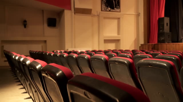 vídeos de stock e filmes b-roll de empty seats in theatre scene - cadeira