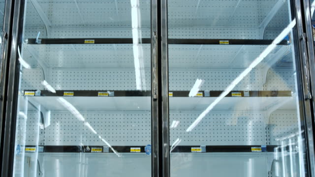 vídeos de stock, filmes e b-roll de empty shelves at grocery store - prateleira mobília