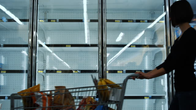 stockvideo's en b-roll-footage met empty shelves at grocery store - shelf