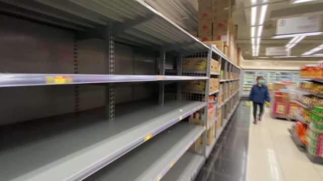 stockvideo's en b-roll-footage met empty shelves in a hong kong supermarket after fears over the coronavirus - plank meubels