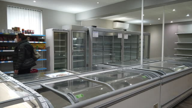 stockvideo's en b-roll-footage met empty shelves in british supermarket in brussels, due to supply issues following post brexit bureaucracy at the borders of imported goods - sociale kwesties