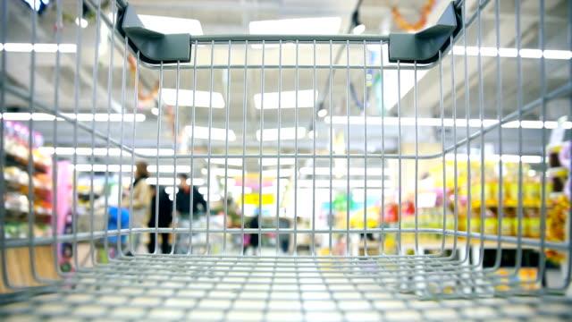 vídeos de stock, filmes e b-roll de cartão de compras vazio no supermercado - mercado espaço de venda no varejo