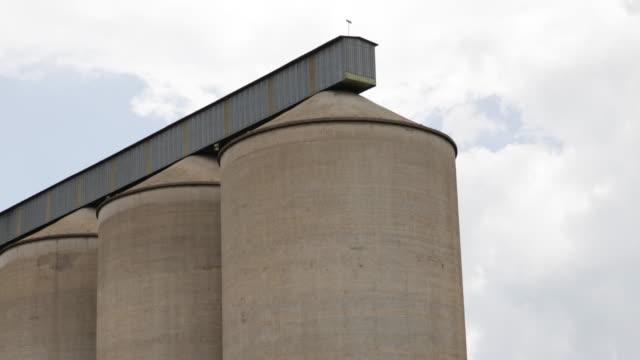 vidéos et rushes de empty silos around chinhoyi in zimbabwe - silo
