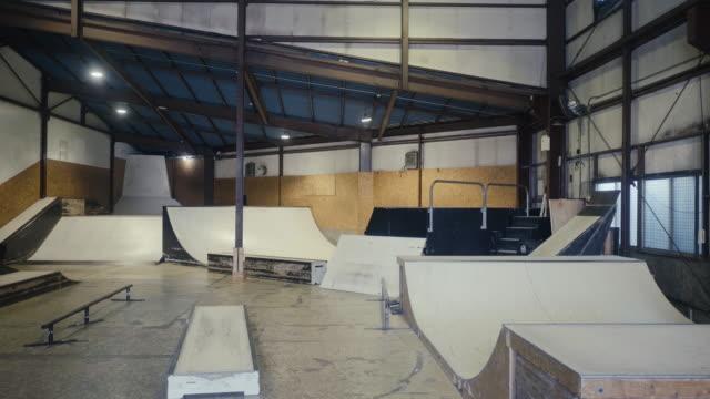 stockvideo's en b-roll-footage met leeg skateboard park (slow motion) - skateboardpark