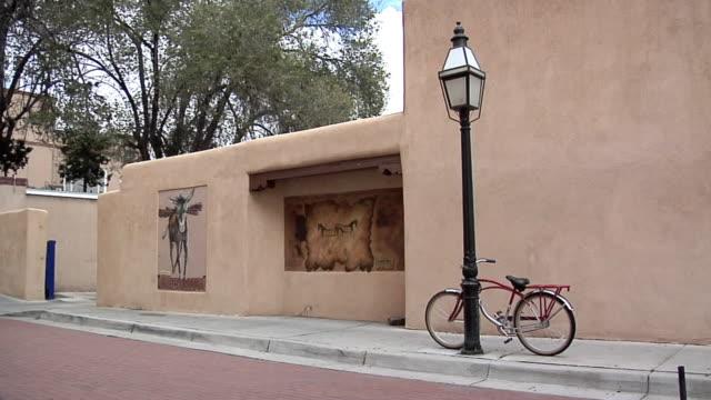 ms empty small side street in santa fe, new mexico, usa - cultura pueblo video stock e b–roll