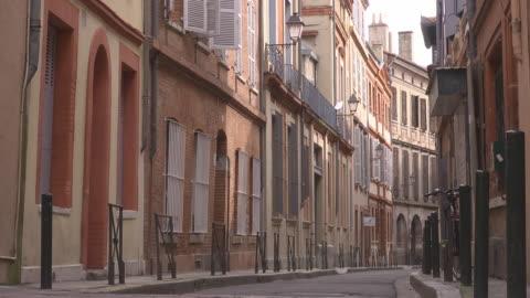 vídeos de stock e filmes b-roll de empty small street - sparse