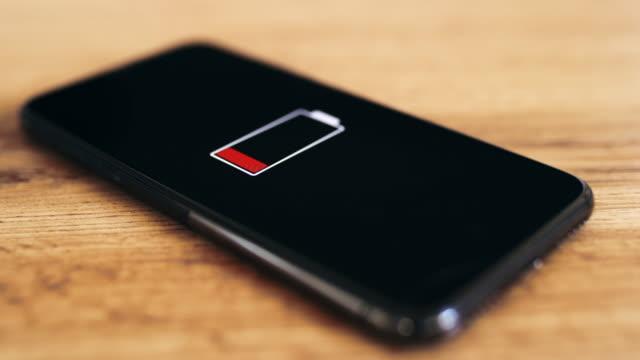 vídeos de stock e filmes b-roll de ds empty smartphone on a wooden table - baixo