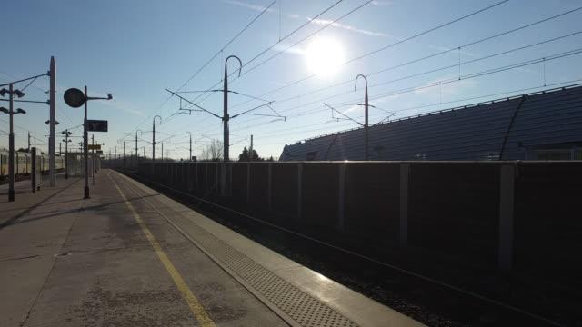 vidéos et rushes de empty station platform - gare