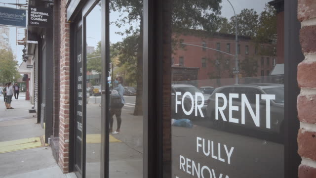 """empty storefront with """"for rent"""" sign in brooklyn. filmed during the coronavirus pandemic when there were no more tourists and also locals left the... - 不動産の看板点の映像素材/bロール"""