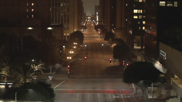 vídeos de stock e filmes b-roll de empty street in downtown los angeles surveillance camera pov, night - ninguém