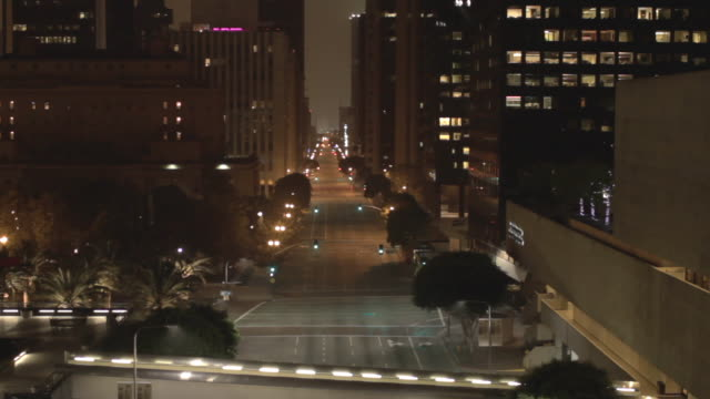 stockvideo's en b-roll-footage met empty street in downtown los angeles surveillance camera pov, night - zonder mensen