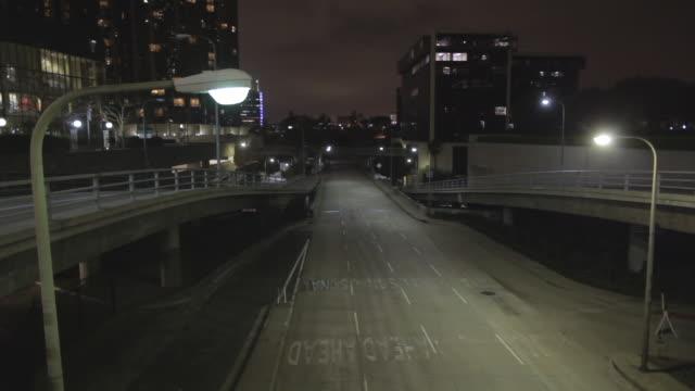 vídeos y material grabado en eventos de stock de empty street in los angeles (for boston) surveillance camera pov, night - carretera vacía