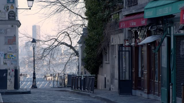 empty street in montmartre - paris - quarantena video stock e b–roll