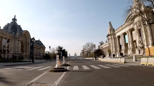 empty street in paris during lockdown - quarantena video stock e b–roll