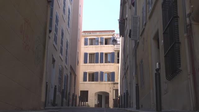vidéos et rushes de empty street in quartier du panier - marseille