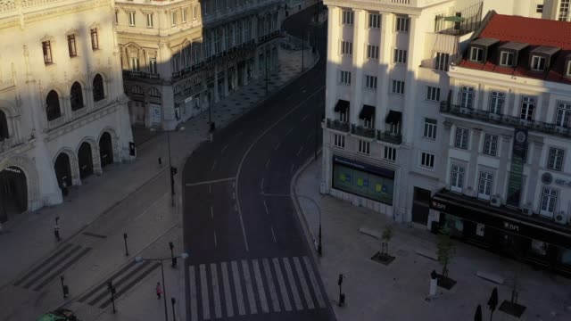 vidéos et rushes de empty street in the classic lisbon downtown, aerial footage - lockdown