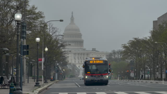 vídeos y material grabado en eventos de stock de empty streets in front of the us capitol building during the coronavirus pandemic lockdown - ciudades capitales