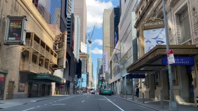 strade vuote a manhattan, new york, durante la quarantena covid-19 - strada vuota video stock e b–roll